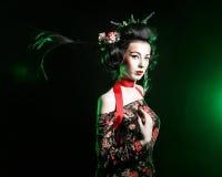 Geisha med frisyren och makeupen i en kimono Arkivbilder