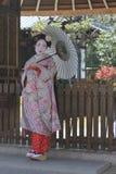Geisha mit Regenschirm in Kyoto Stockfotografie