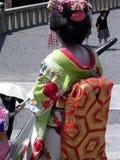 Geisha som bär en fantastisk traditionell kimono arkivfoto
