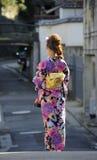Geisha som går på gatan Royaltyfri Foto