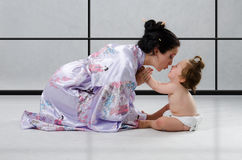 Geisha und Sumoringkämpfer Stockfotos