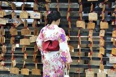 Geisha vor Gebetstabletten Stockfoto