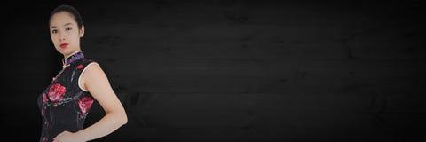 Geishahand auf Hüfte gegen dunkle Täfelung Stockbild