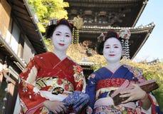 Geishakvinnor i traditionell klänning Arkivbilder