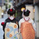 Geishas en sus partes posteriores imágenes de archivo libres de regalías