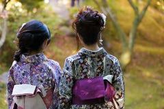 Geishas i en japanträdgård Arkivbilder