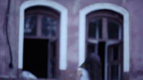 Geist eines Mädchens mit dem langen Haar nahe der alten Villa Babygeist stock video