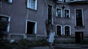 Geist eines Mädchens mit dem langen Haar nahe der alten Villa Babygeist stock footage