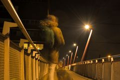 Geist eines Mannes und des Hundes auf einer Fußgängerbrücke nachts Stockfotos