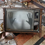 Geist erscheint auf flackerndem Fernseher Lizenzfreie Stockfotos