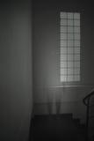 Geist manl im weißen Kleid erscheint in einem alten Raum Lizenzfreies Stockfoto