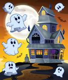 Geister, die um Geisterhaus fliegen Stockbild
