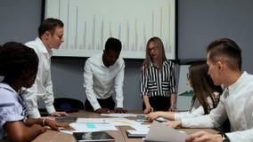 Geistesblitz über die Schaffung Ihres eigenen cryptocurrency Projektes Eine Gruppe von Personen im Büro sind die wirtschaftliche  stock video footage