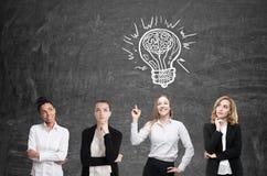 Geistesblitz mit vier Frauen Blackboardl Ideenkonzept, vektorabbildung Lizenzfreies Stockbild