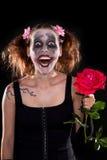 Geisteskranker lustiger weiblicher Clown mit Rotrose Lizenzfreie Stockfotos