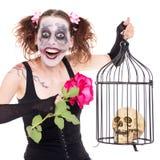 Geisteskrankes Mädchen mit Rosafarbenem und dem Schädel Stockfotografie