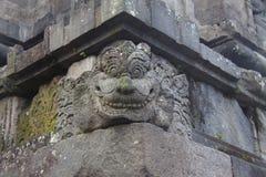 Geistgesicht gemacht vom Stein als Block in einer Wand eines hindischen Tempels Stockbilder