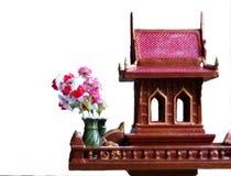 Geisthaus in Thailand mit Blumenvasen Stockfotografie