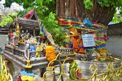 Geisthaus und heiliger Baum in Bangkok stockfotografie