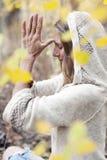 Herbst-Yoga-Frau lizenzfreie stockbilder