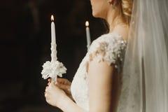 Geistige Paare, Braut und Bräutigam, die Kerzen während der Hochzeit hält Lizenzfreie Stockbilder