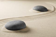 Geistige Zenmeditationssteine im Sand Lizenzfreies Stockfoto