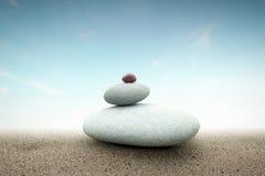 Geistiger Konzepthintergrund der Steinturmpyramide auf Sand Stockfotos