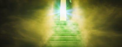 Geistiger Weg zum Himmel mit der Treppe, die gerade in Tür des Gottes, in Konzept des Geistes und in Glauben an ewige Wahrheit,  stockbild