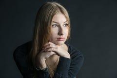 Geistiges Porträt des russischen schönen Mädchens mit dem langen Haar Lizenzfreies Stockfoto