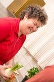 Geistlich - behinderte Frau in der Küche ist froh lizenzfreies stockbild