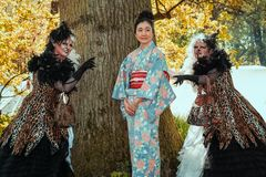Gejsza flankująca dwa okropnymi czarownicami na elf fantazi jarmarku Obraz Royalty Free