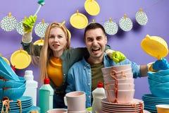 Gek emotioneel jong paar die pret in de keuken hebben stock afbeelding