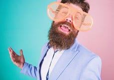 Gek het gaan Speelse zakenman die van partij genieten Gebaarde mens die partijbeschermende brillen dragen Grappige hipster in ext stock fotografie