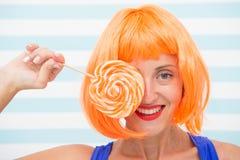 Gek meisje die met lolly geluk voelen Geluk en pret het gekke meisje heeft lolly Zoet kijk het genieten van van snoepje royalty-vrije stock foto