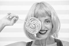 Gek meisje die met lolly geluk voelen Geluk en pret het gekke meisje heeft lolly Zoet kijk het genieten van van snoepje stock afbeelding
