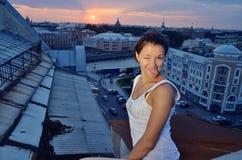 Gek meisje op de daken Stock Foto