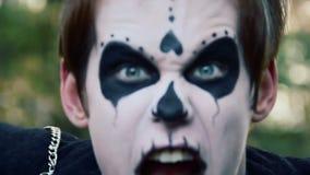 Gek monster in vreselijke nachtmerrie, gek gezicht van mannelijke zombie met wild grimas stock video