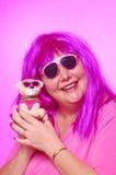 Gek over roze vrouw met hond Stock Foto