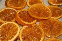 Gekarameliseerde oranje plakken op wit coocking document royalty-vrije stock afbeeldingen