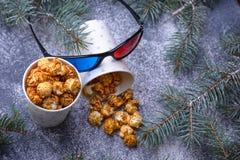 Gekarameliseerde popcorn en 3d glazen Conc Kerstmisvermaak Stock Afbeelding