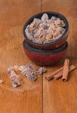gekarameliseerde suiker in houten kom royalty-vrije stock afbeelding