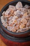 gekarameliseerde suiker in houten kom royalty-vrije stock afbeeldingen