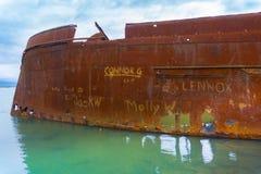 Gekelderde roestende romp van oud schip Waverley stock fotografie