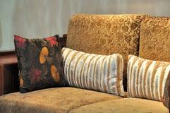 Gekenmerkt houten stoel en hoofdkussen Stock Afbeeldingen