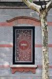 Gekennzeichnete Architekturdekoration und Phoenix-Baum Stockfoto