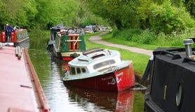 Gekentertes kleines Boot im Kanal stockfotografie