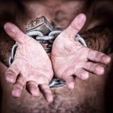Geketende handen die om vrijheid vragen stock afbeeldingen