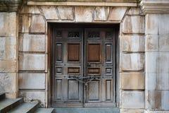 Geketende omhoog houten deuren met steenstappen die neer tot hen leiden Stock Foto's