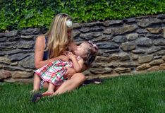 Gekicher-Zeit mit Mama stockfoto