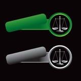 Gekippte grüne und graue Fahnen mit Gerechtigkeitskalen Stockfoto
